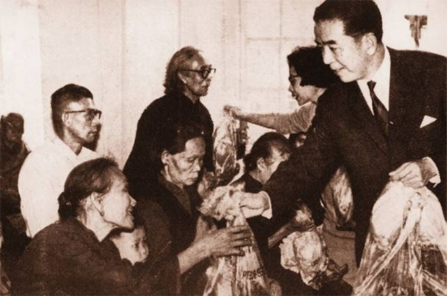 Sir Pao Yue-Kong distributing Chinese New Year gifts